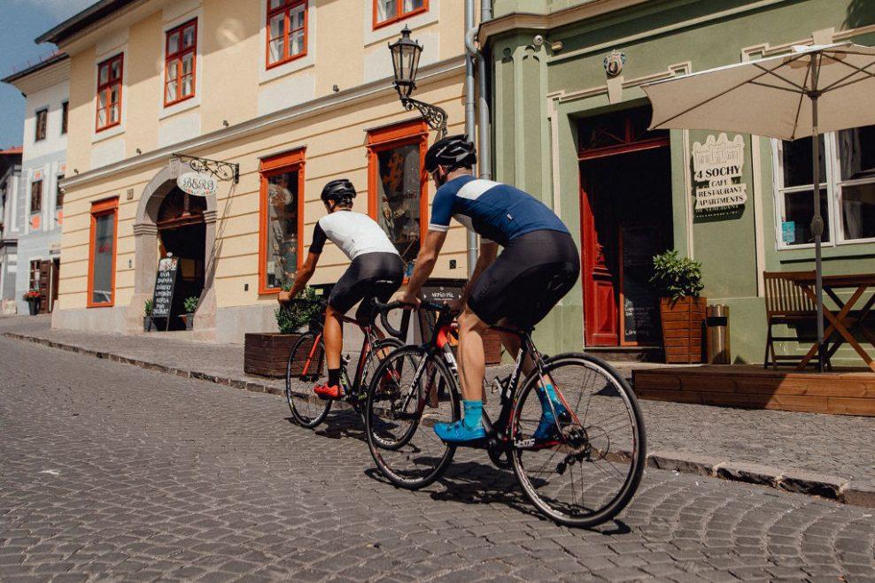 5f7b1624adcbf Velore je nová slovenská značka cyklistického oblečenia, ktorá šije cestné  nohavice i dresy na mieru. Na testovanie nám poslali nohavice s rovnomenným  ...